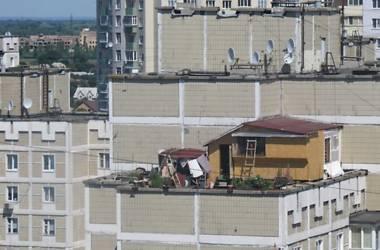 Крышу многоэтажки на Троещине «украсила» дача